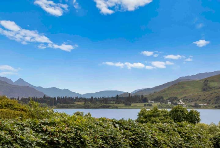 Luxury Lakeside Retreat, Waterfront Lake Hayes