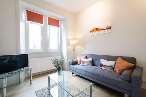 Beautiful Holyrood Park Apartment -Near Royal Mile
