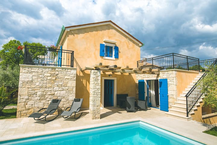 Beautiful villa PINEZICI with pool near the beach