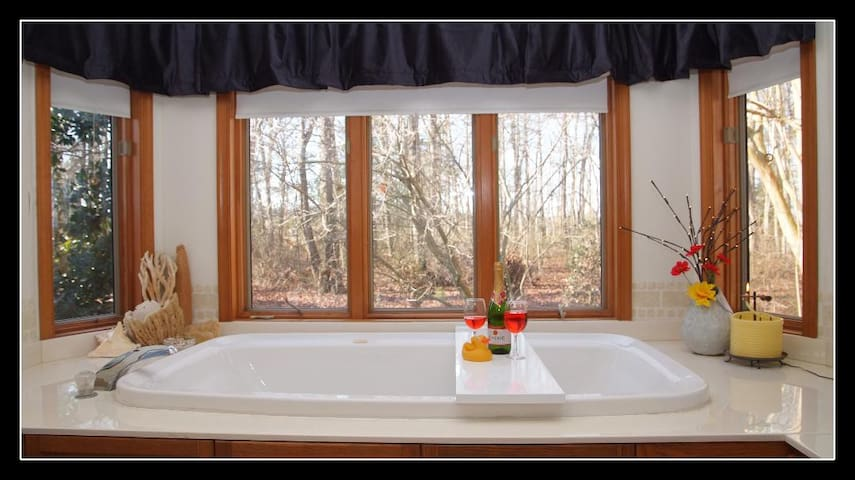 --Romantic Couples Retreat w/ Jacuzzi! Beach 19M!