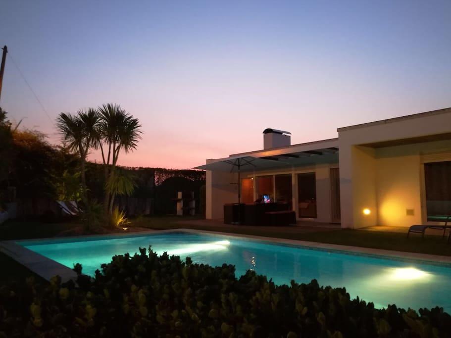 Jardim e piscina. (Garden and Swimming-pool.)