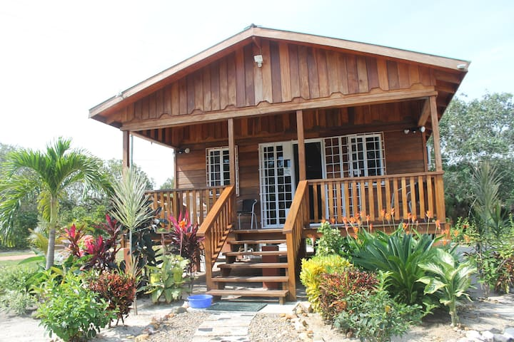 Furnished kitchen wifi/AC Green near Placencia 2BR - Placencia - Casa