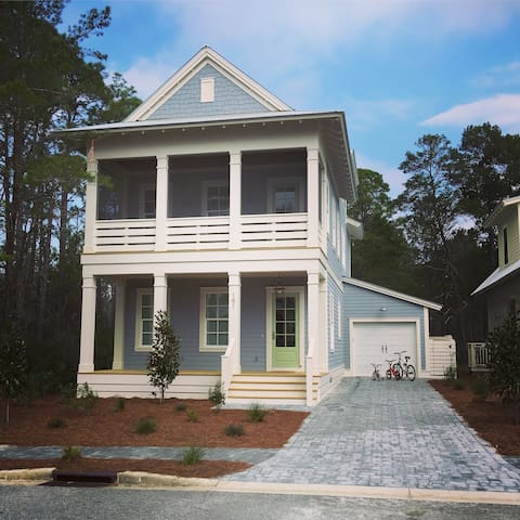 BLUE BEAR COTTAGE: brand new beach house w/ forest