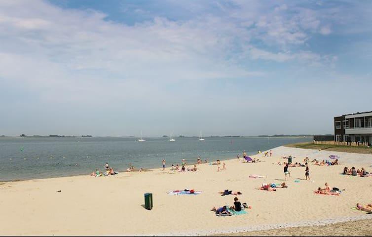 Er is een heerlijk strand.