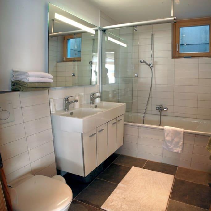 Bad mit Wanne, Doppelwaschbecken und WC, Handtuchwärmer