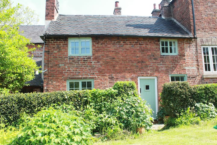 Character cottage, large private garden-Ashbourne