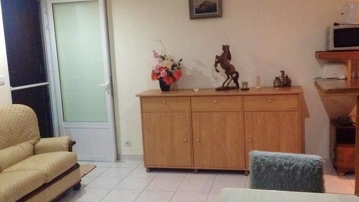 Studio in Triolet, with enclosed garden and WiFi - 3 km from the beach