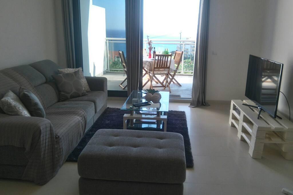 Sala com varanda e vista mar