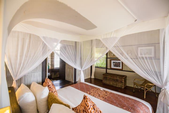 Elegant Ulin Pavilion with Ocean View in Bali!