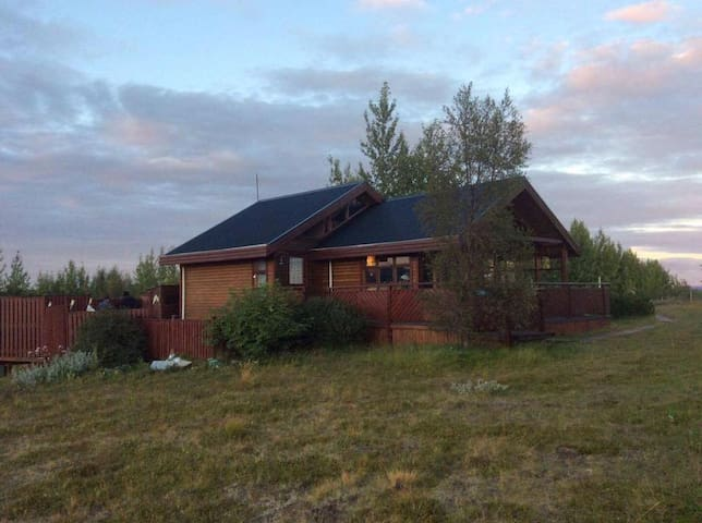 Authentic Golden Circle Family Cabin - w/ a VIEW!!