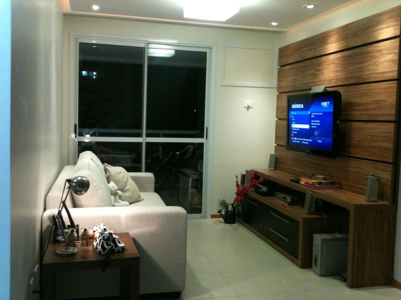 Sala com sofá espaçoso, TV a cabo e Apple TV e ar condicionado.