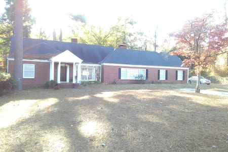 Spacious 4 Bedroom Retreat mins to Airport & ATL. - Fairburn