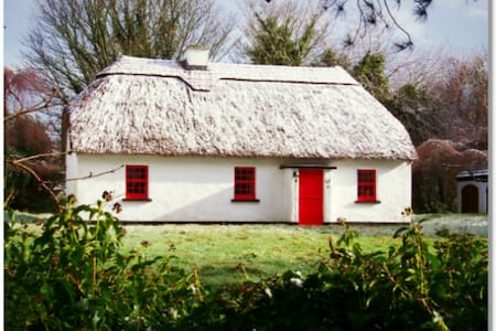 Lough Derg Thatched Cottage - Cabanya