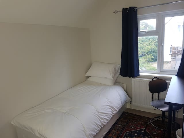 Lovely single bedroom in greenest part of Oxford