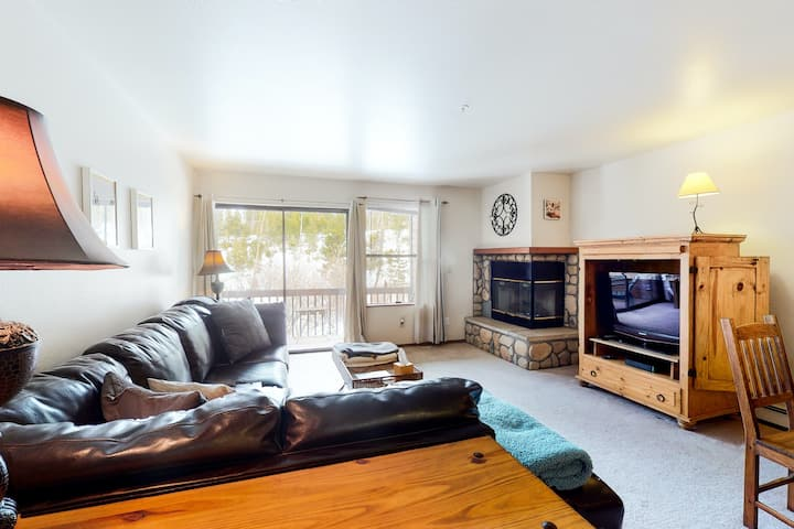 Charming Getaway Near Skiing & Town W/ Gas Fireplace, Free WiFi & Private Deck