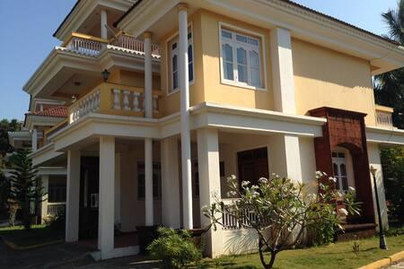 Gorgeous villa with a pool & short walk to a beach - Salcete - 별장/타운하우스