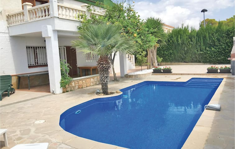 Holiday cottage with 6 bedrooms on 120 m² in Calafat