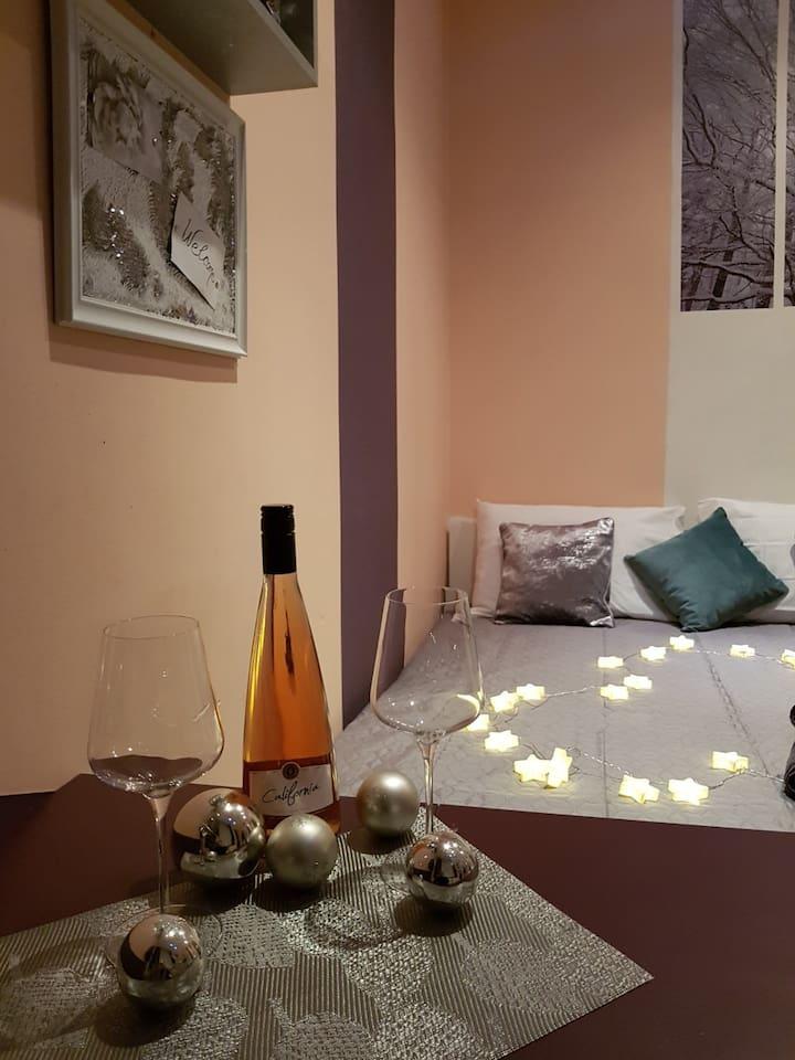 Prikaz bračnog kreveta vel 180x200, gledano od stola