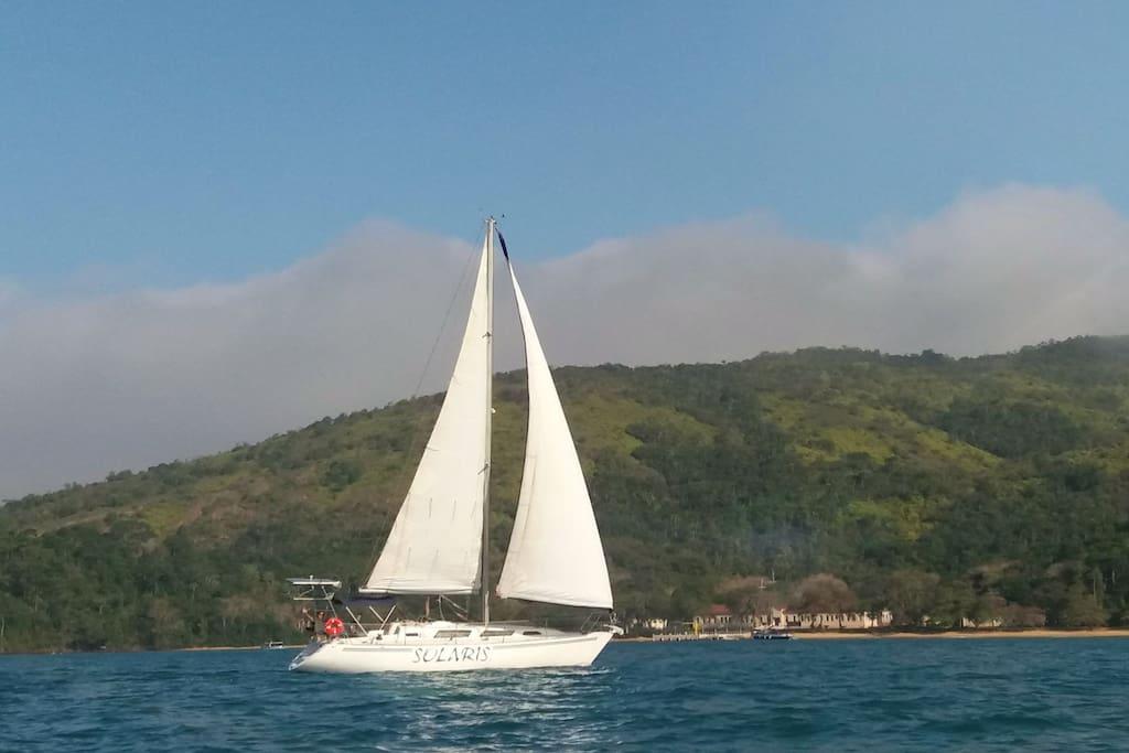 Velejando na Ilha Anchieta.