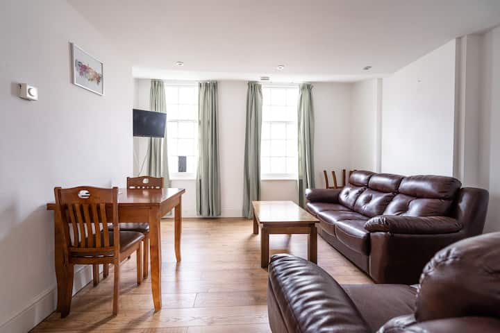 Inviting 3-Bed 2-Bathroom Apartment in Sheffield