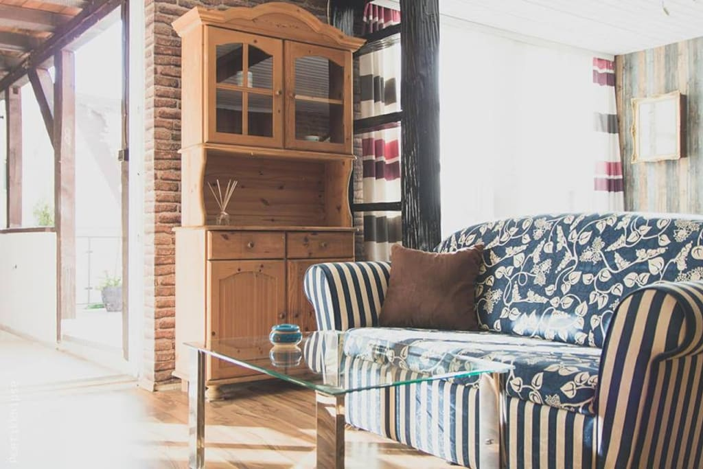 Offnener Wohnbereich mit Küche und Zugang zur Terasse