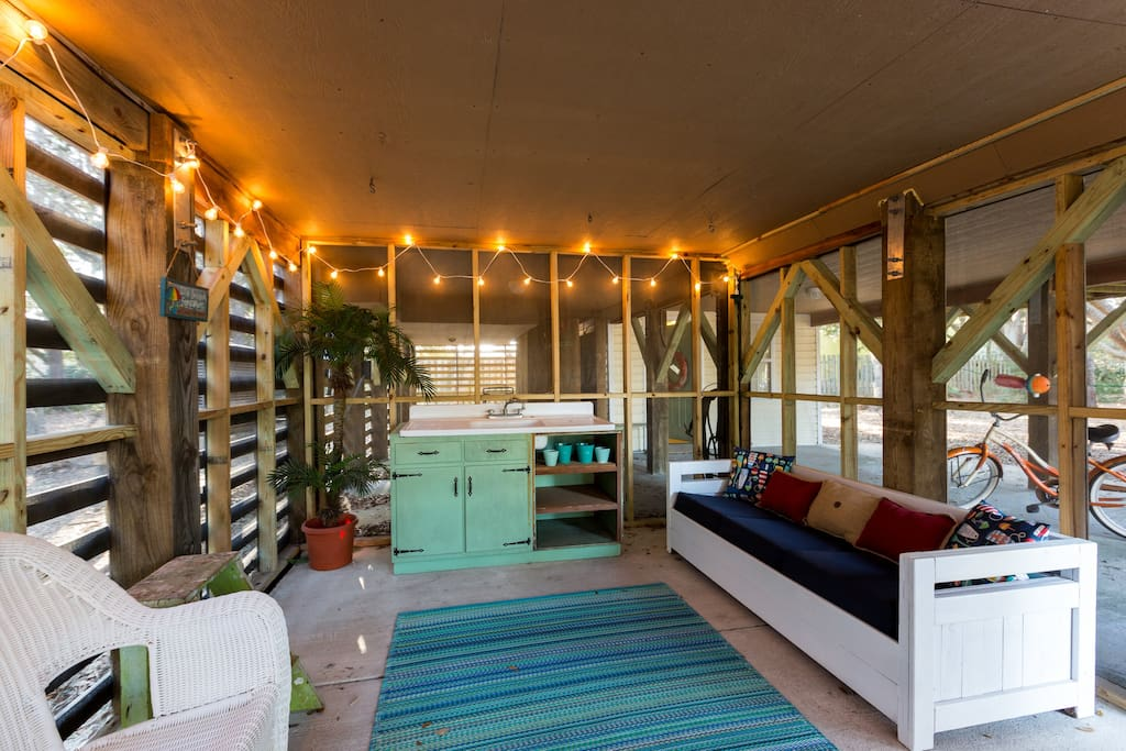 Screened In Outdoor Room  l Perfect for an afternoon nap l A beer or margarita