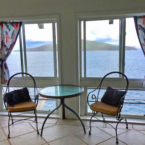 Quiet Studio Apt., Oceanside w/Private deck