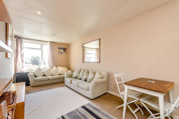 Barnes London apartment with parking near river