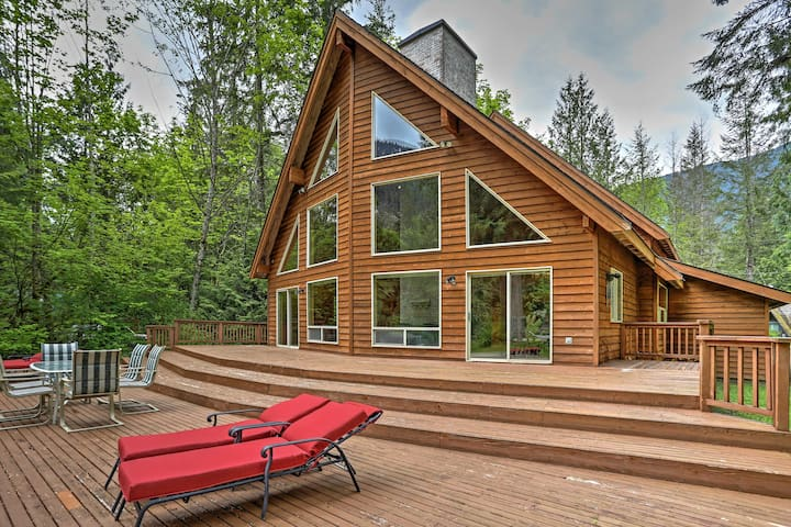NEW! 3BR+Loft Baring Home on Skykomish River!