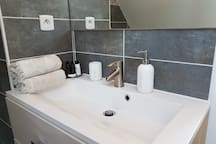 serviettes de toilette ainsi que gel douche et shampooing sont à votre disposition
