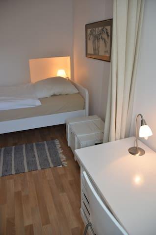Schlafzimmer mit Arbeitsplatz
