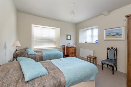 Spacious ensuite twin - Spaxton, Somerset - Spaxton - Ev