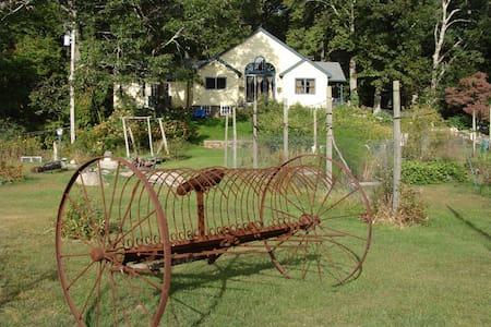 Sunrose Farm B&B beautiful rooms and gardens - North Kingstown - 家庭式旅館