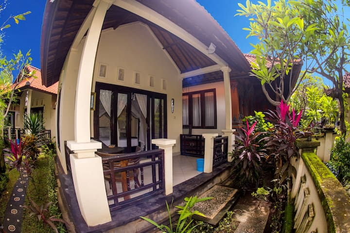 Deep Blue Sea Bungalow, 56 metres from the beach - Abang - Haus