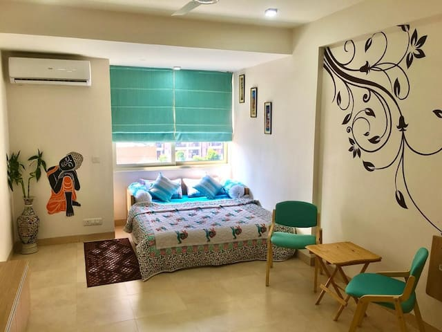 Bright, stylish studio-6 mins Airport- free prkg
