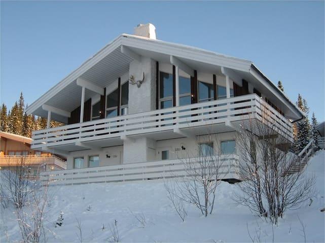 Familjevänlig lägenhet med ski in ski out & bastu