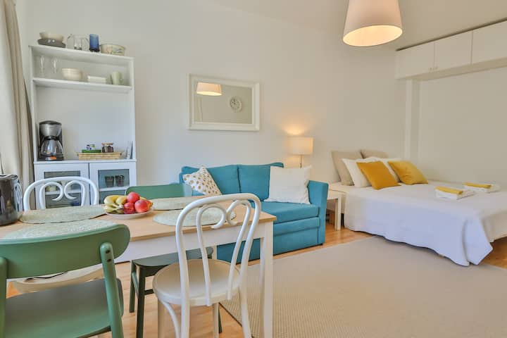 City Center Studio Apartment - Bright & Quiet