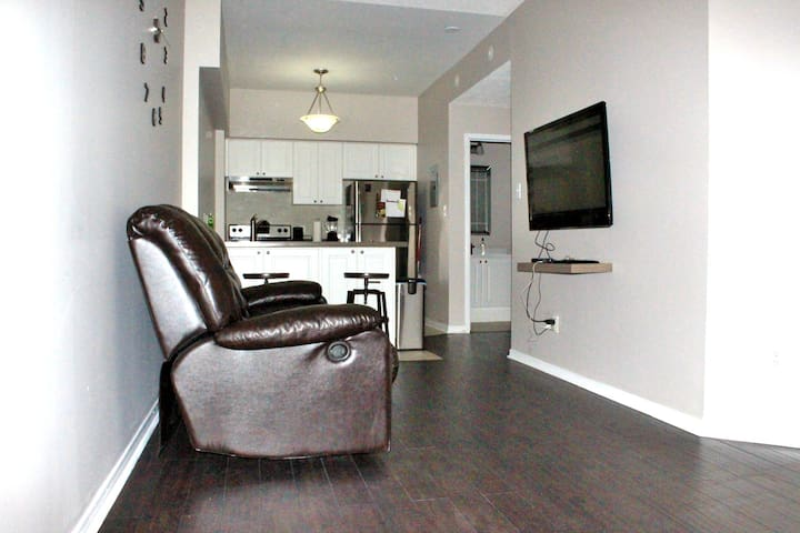 Cozy 1 Bedroom Condo, Parking included - Mississauga - Condominium