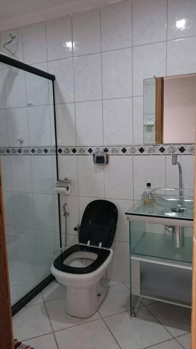 Banheiro exclusivamente p  uso de quem estiver nesse quarto!