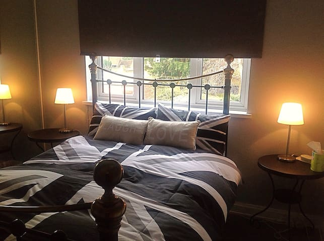 Cozy double bed for short stays - Northampton - Hus
