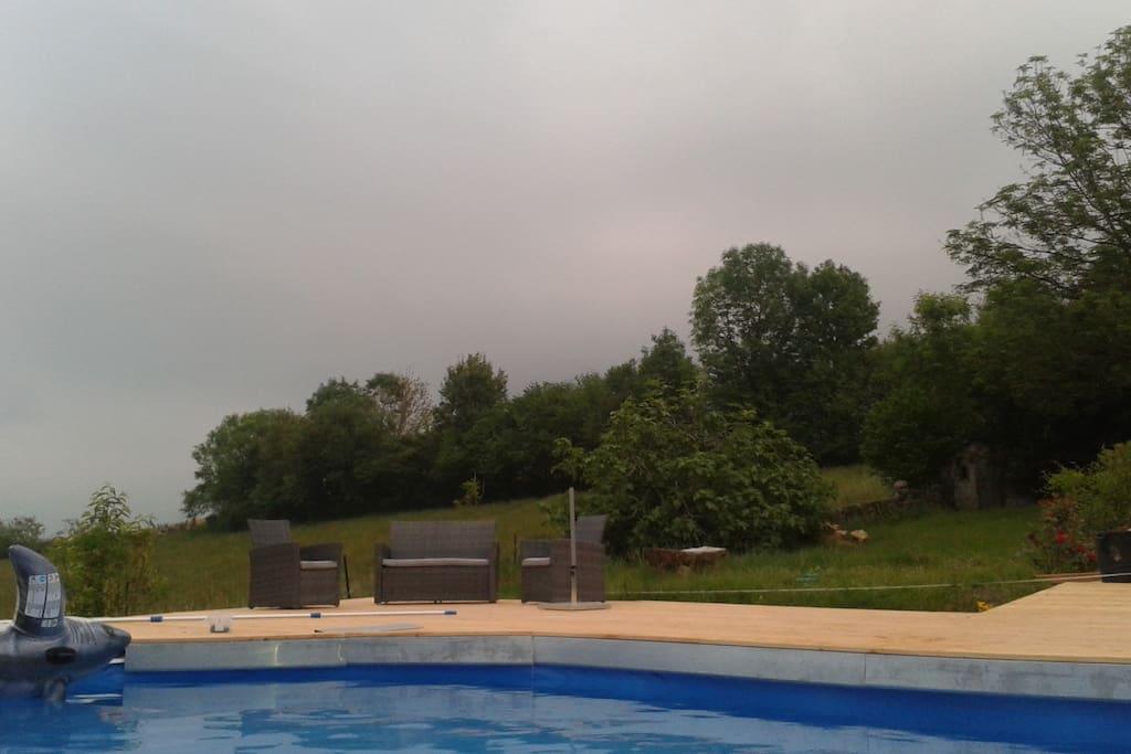 petit coin salon au bord de la piscine