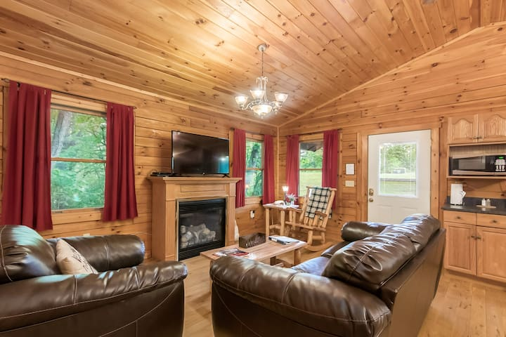 Pet-Friendly one bedroom cabin 1/2 mile from Old Man's Cave - Whispering Pine