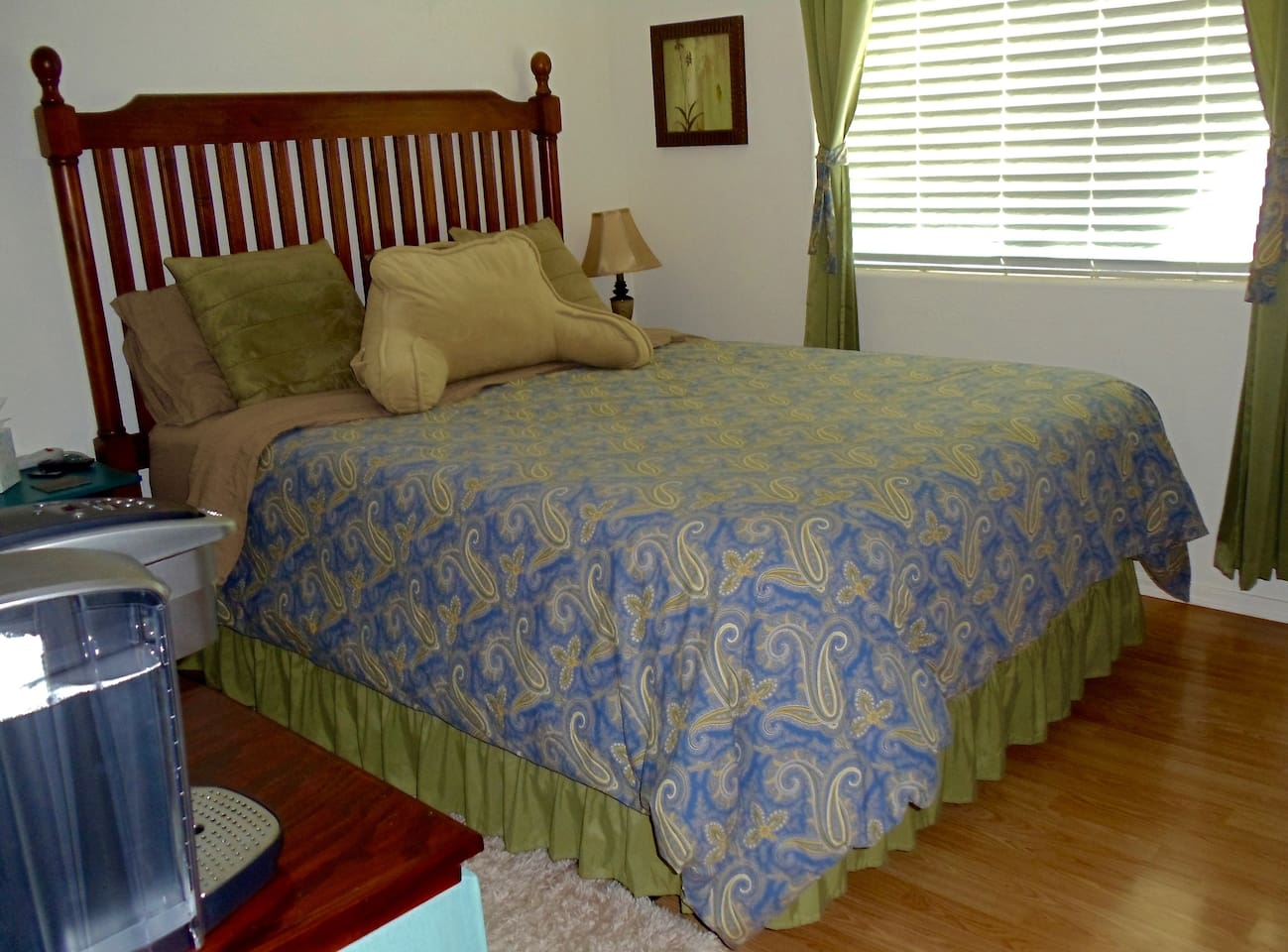 Super comfortable, queen memory foam mattress in immaculately clean, climate controlled room. Fast internet and TV with Netflix, Hulu, and other streaming channels. Room darkening curtains and the song of coyotes to lull you to sleep.