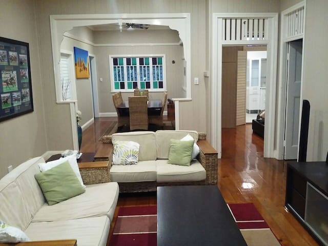 Charming Queenslander Apartment - Coorparoo - Wohnung