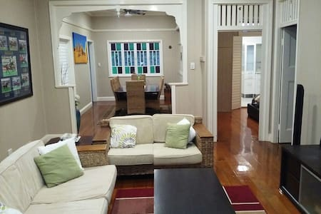 Charming Queenslander Apartment - Coorparoo