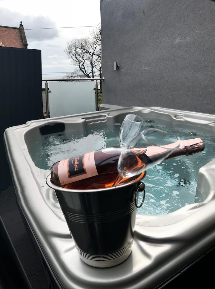Daisy House Filey - Sea Views, Hot Tub.
