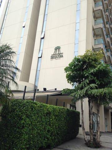 Flat gerenciado pelo HB Hotels, com restaurante e serviços.
