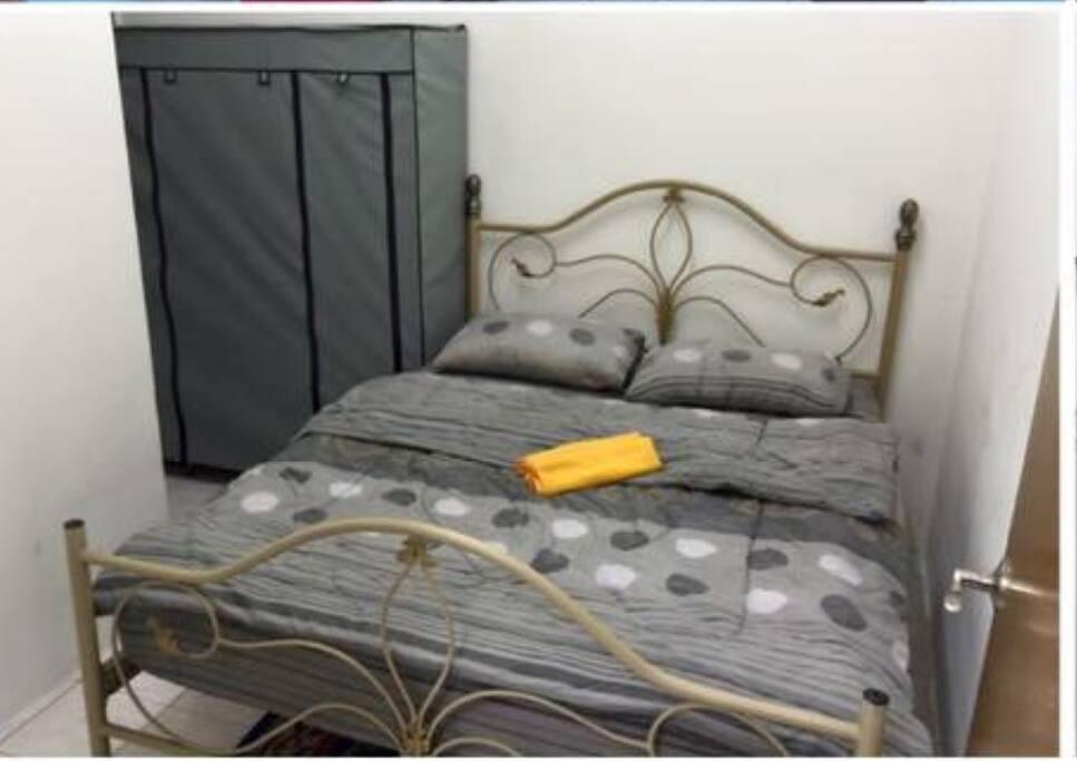 medium room with queen bed