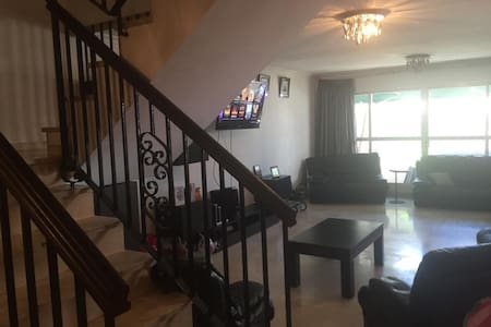 Spacious 3 bedroon duplex in central Gibraltar - Huoneisto