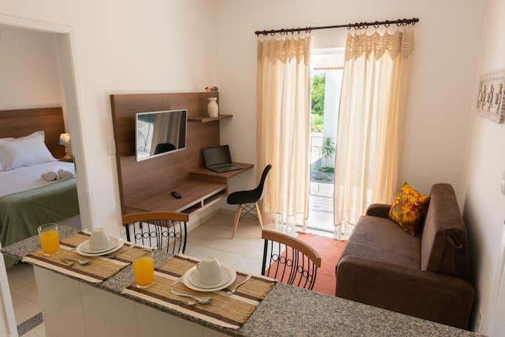 Visão geral da sala, varanda e quarto.